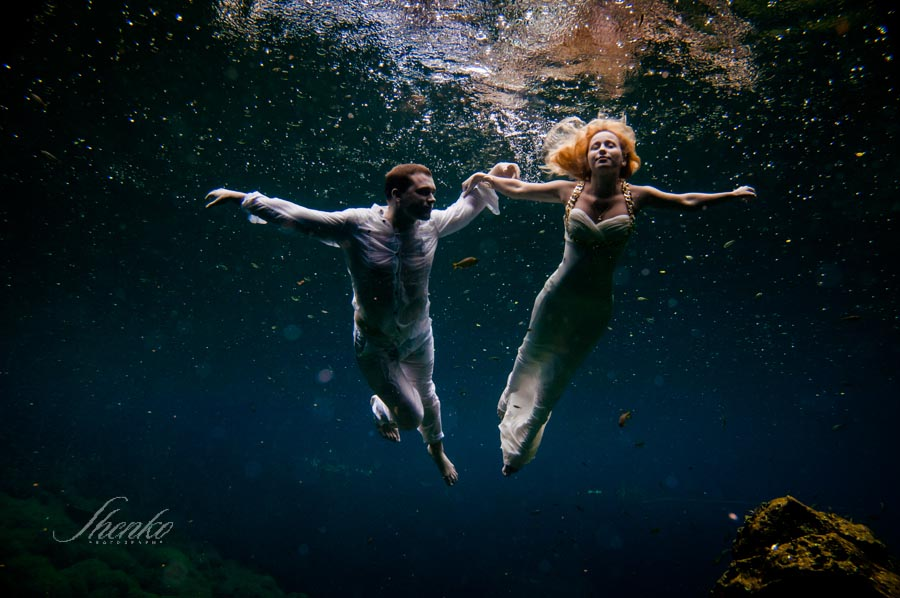 art-photography-underwater-bride-and-groom