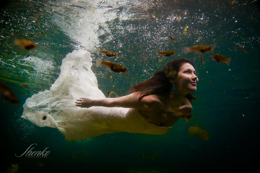 8-bride-sweeming-under-the-water-trash-the-dress-1