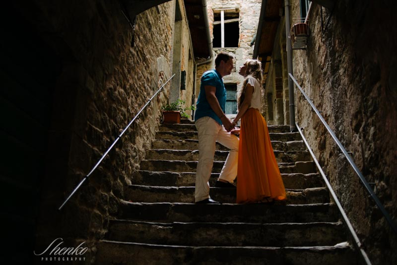 couple at stairs in cinque terre while e-session photo session in italy