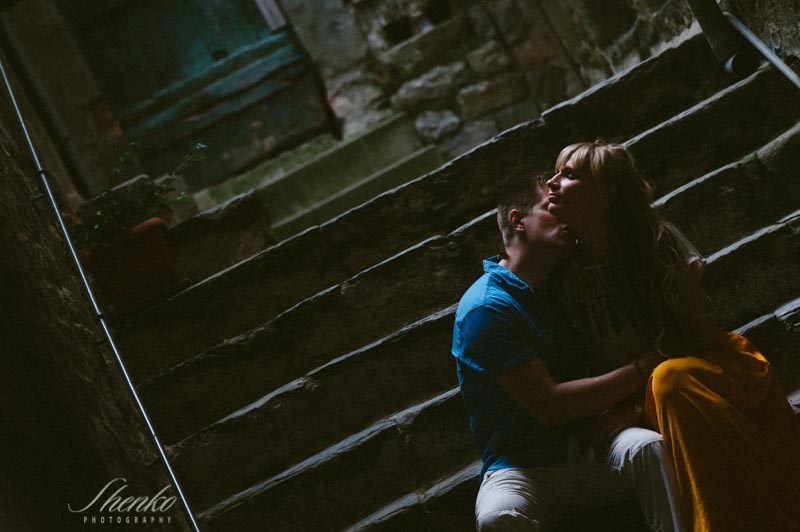 honeymooners kissing during the romantic photo session in cinque terre
