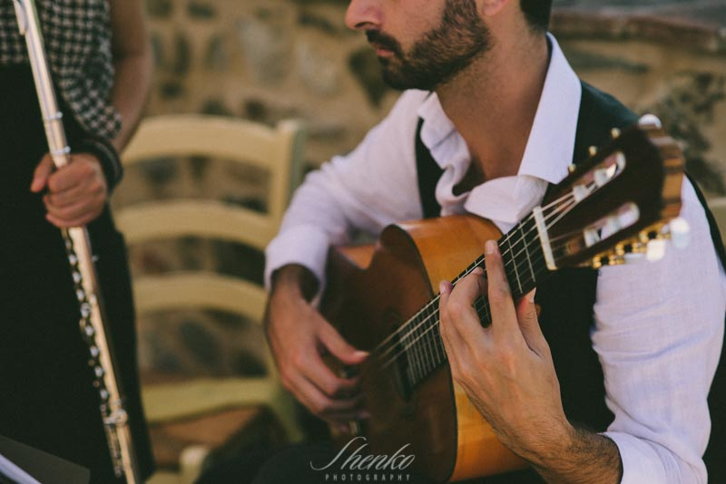 guitar music at the marriage in tuscany agritourisme