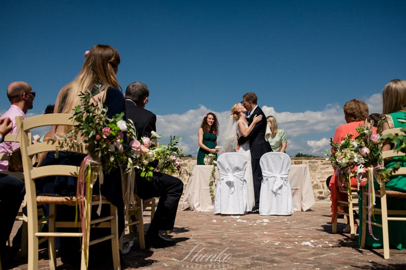 final wedding kiss in wedding in la borriana la tenuta