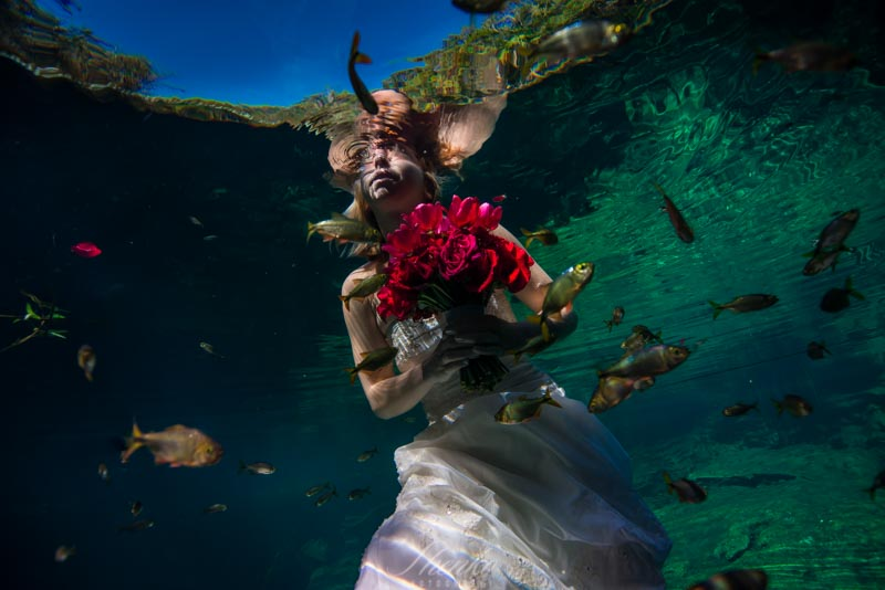Bride's underwater portrait in underwater photo session mexico